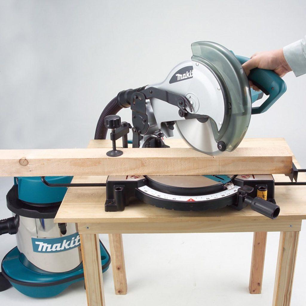 Metallkappsaege saegt Holz